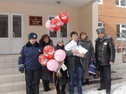 Сотрудники ГИБДД спасли младенцев