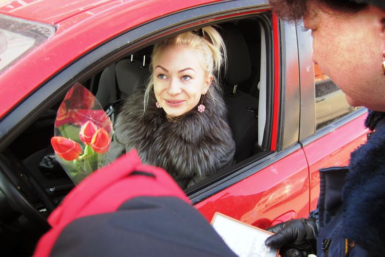 ГИБДД дарит цветы