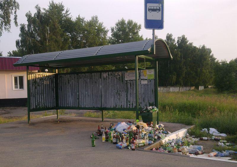 Мусор на автобусной остановке