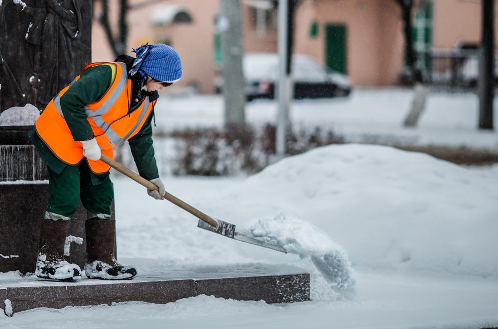 Сотрудники ЖКХ Одинцово ликвидируют последствия снегопада